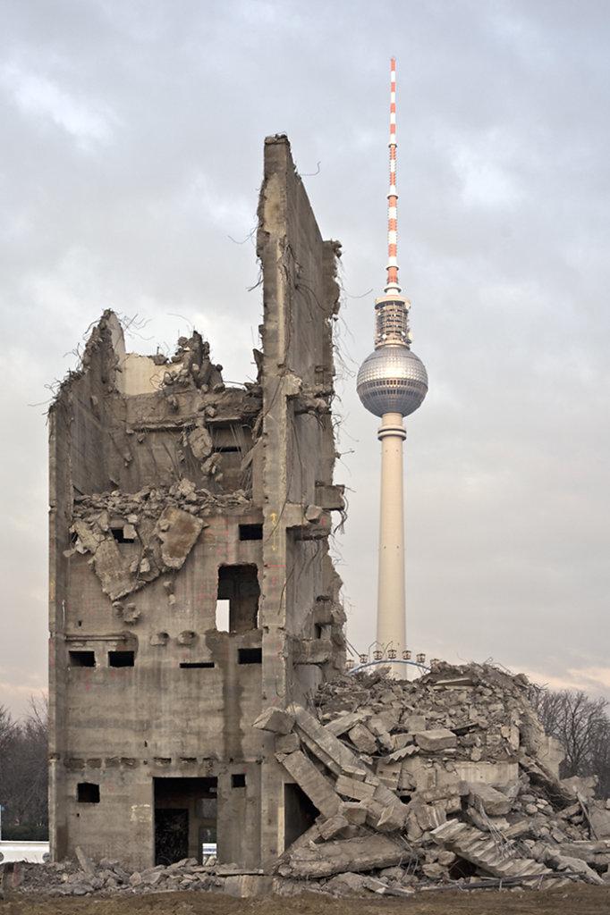 RüŸckbau des Palastes der Republik   Dismantling of the palace of the republic